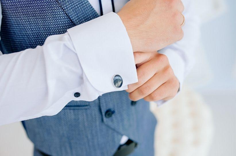 Rozstrzygamy odwieczny dylemat: koszula na spinki czy guziki?