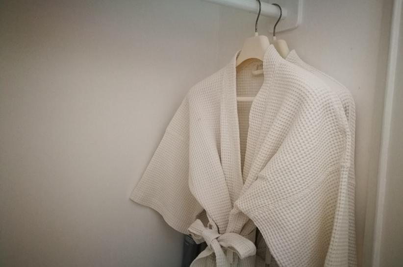 Sweter kopertowy – fason, który pokochasz. Sprawdź stylizacje!