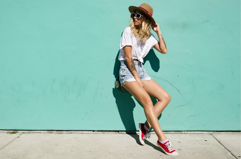 Kochamy je – spodenki jeansowe. Sprawdź, jak je nosić w tym sezonie!