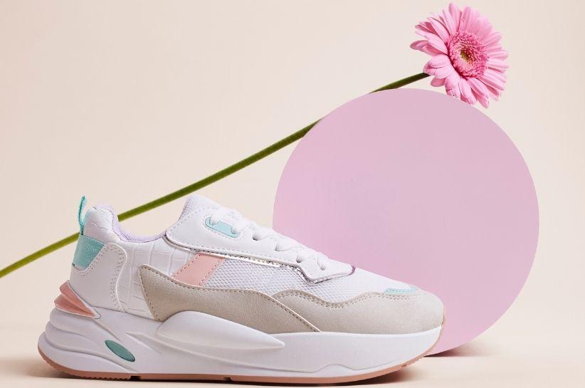 Kolorowe buty sportowe – malownicze stylizacje w sam raz na wiosnę i lato