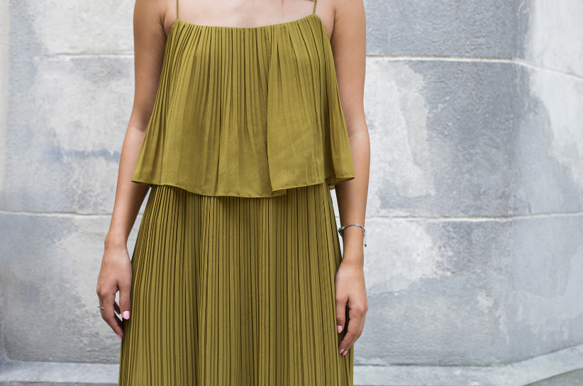 Plisowana sukienka – odkryj ją na nowo! Mamy dla Ciebie olśniewające stylizacje