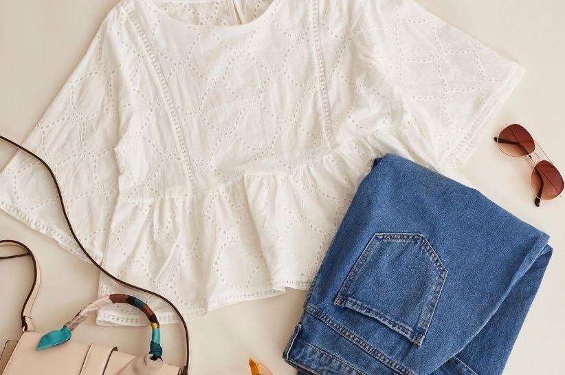 Bluzki z falbaną – wkomponuj je w stylizacje na dzień i na większe okazje!