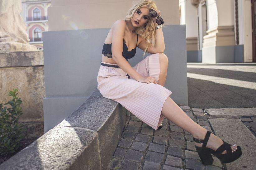 Trend pod lupą: plisowane spodnie. Nie przegap tych stylizacji!