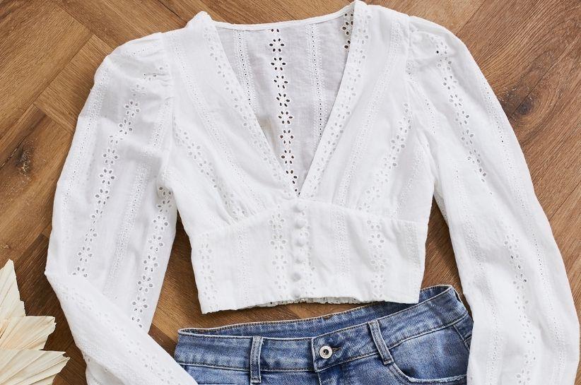 Bluzka z dekoltem V – model, który pokochały wszystkie instagramerki. Sprawdź, jak ją nosić!